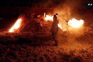 お祭りの参加者は幸福を願って、火の玉を頭上でぐるぐると回す。