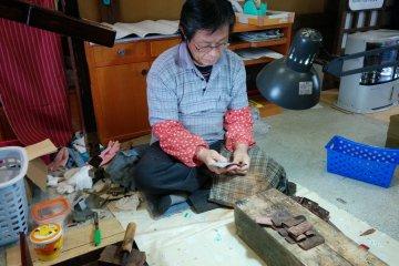 그 박물관의 숙련된 장인 중 한 명이 수세기 동안 전통 공예품을 전시한다
