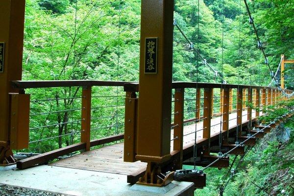 Ponte de Sengan-bashi, sobreo valeDaki Kaeri-keikoku. Aspeto no início do verão.