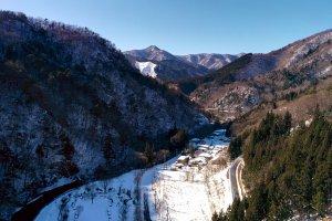 Pemandangan lembah di sisi lain Bendungan Shimagawa