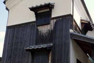 <p>Здание старого образца с древесиной, обработанной углем и маленькими окнами &nbsp;</p>