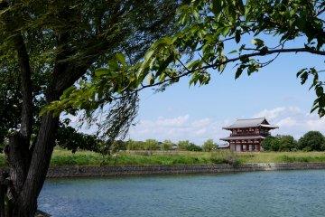 <p>Судзакумон - главные ворота дворца</p>
