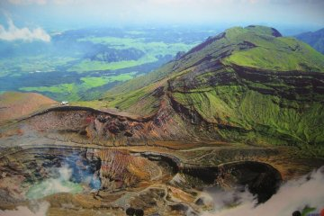 <p>Mount Aso&rsquo;s main crater and its acid water lake</p>