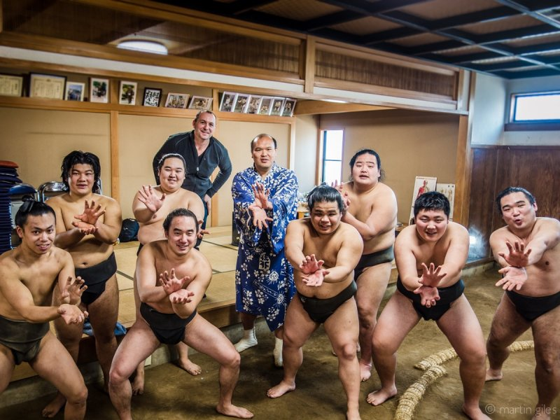 <p>Group picture with the future stars of Shikihide Beya</p>