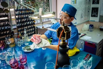 <p>A Kagami&nbsp;craftsman makes fine etchings to the coloured glass layers</p>