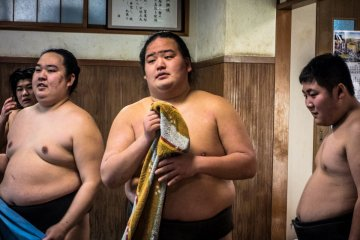 <p>Sumos&nbsp;rest between fierce some bouts</p>