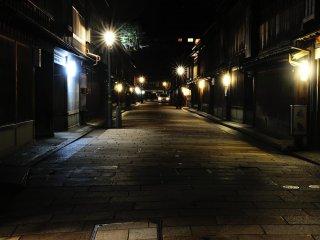 ถนน Higashi Chaya-machi ยังคงบรรยกาศของเมืองปราสาท Kaga Hyakumangoku
