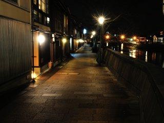 主計町の石畳、浅野川の岸には昔の面影が残っているようだ