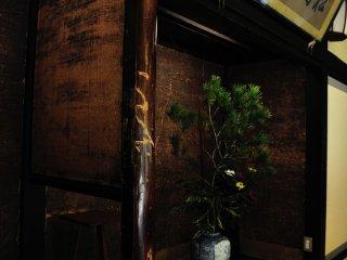 """2階""""龍の間""""にある床の間。御存知、坂本龍馬が床柱に付けたと云う刀創"""