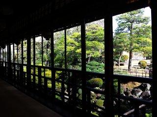 龍の間の東側より臨む、800坪もの花月山水庭園