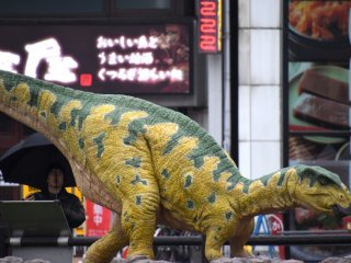 Fukui-saurus, also found in Katsuyama, is about 4.7 meters in body length, and this moving, howling replica is 2.65 meters high.