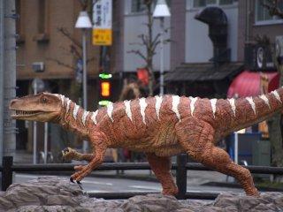 Đây là sự thật ư? Fukui-raptor, được tìm thấy tại thành phố Katsuyama có chiều dài cơ thể là 4,2 mét. Bản sao cao 2,5 mét.
