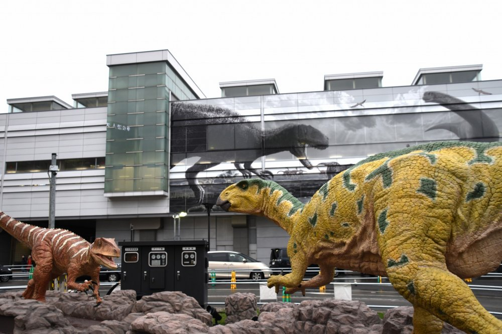 Fukui- raptor(kiri) dan Fukui -saurus (kanan)