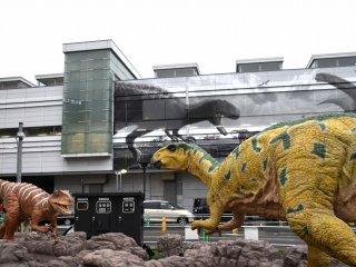 Fukui-raptor (trái) và Fukui-saurus (bên phải)