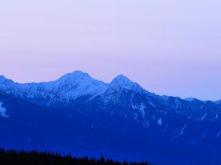 山肌が青く光り、少しづつ紅が注し出す