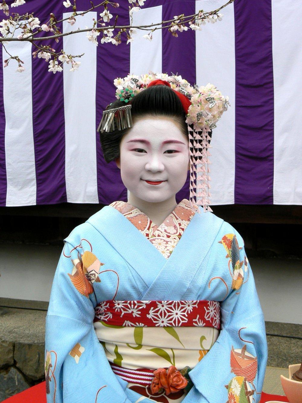 Эта симпатичная молодая майко является настоящей! Она сервировала чай для посетителей и позировала для фотографий в Храме Тенрюдзи.