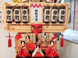 Perpaduan menarik dari boneka Hina dan Mikoshi (pada tatakan yang bisa dipindahkan).