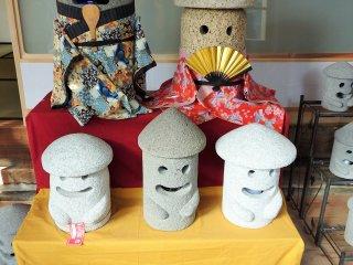 Makabe nổi tiếng với đá chạm khắc. Hãy mang về nhà một trong những chiếc đèn lồng dễ thương này cho ngôi nhà của bạn.