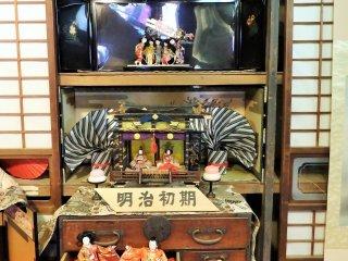 Sebuah cara yang fantastis untuk memamerkan boneka Hina - dalam sebuah peti dan lemari antik khas Jepang.