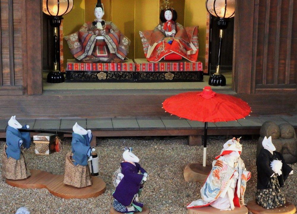 Boneka Hina tradisional ini sedang mendapat kunjungan sekelompok rubah berkimono di sebuah prosesi pernikahan.