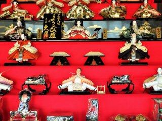 Một ví dụ tuyệt đẹp trong cách trưng bày búp bê hina truyền thống.