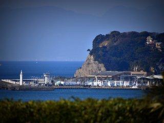 Pemandangan dari kamar ku di Hotel Kamakura Prince. Banyak kapal-kapal pesiar yang tertambat di pelabuhan kepulauan Enoshima.
