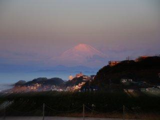 Sekali lagi, Gunung Fuji dalam semburat merah muda yang sangat cantik di kala fajar.