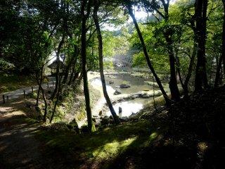 """เช่นเดียวกับสวนญี่ปุ่นหลายๆ สวน สระน้ำไองที่นี่เป็นรูปตัวอักษรเค็นจิที่แปลว่า """"หัวใจ"""""""