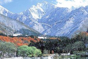 Une vue colorée de l'horizon avec des montagnes enneigées en arrière-plan