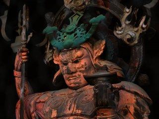 Sebuah patung Tamonten berdiri di pintu gerbang tengah, menjaga sisi utara dari kejahatan