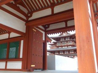Năm 718, khi Nara trở thành thủ đô mới của đất nước, ngôi chùa đã được chuyển từ Asuka đến vị trí hiện tại của nó.