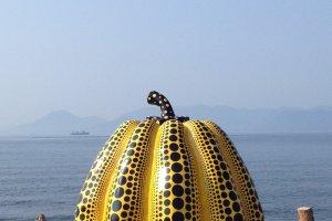 """""""Bí ngô"""" của Yayoi Kusama tại bến cảng của Tsutsujiso Lodge"""