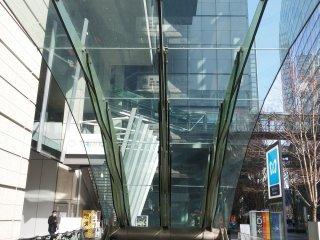 Yurokucho Kanopi. Kanopikacaini adalah free standing glass structure terbesar di dunia. Ukurannya mencapai 35 x 16 kaki.