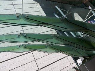 perhatikan detail strukturnya lembaran kaca ini saling mengapit