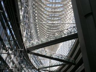 Jembatan penghubung yang saling bersilangan ini juga mempunyai fungsi struktur