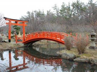 Cette photo illustre la tranquillité de l'endroit avec le pont au dessus de l'étang