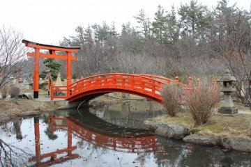 이 사진은 연못 위에 놓인 다리의 평온함을 묘사하고 있다. 이 사진으로는 알 수 없겠지만, 정말 고요했다.