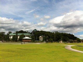 Công viên xanh đối diện hòn đảo gần công viên thủy sinh Takeshima
