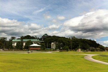 สวนสาธารณะที่ตั้งอยู่ตรงกันข้ามกับเกาะ ใกล้ๆ กับพิพิธภัณฑ์สัตว์น้ำทะเคะชิมะ