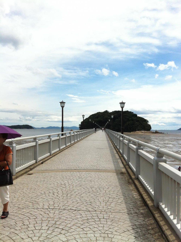 Cây cầu dài dành cho đi bộ hoặc dạo chơi khi bạn đến Takeshima