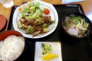 A set lunch of yakiniku style beef and Iya soba