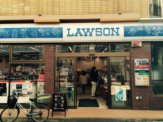 Verá uma loja de conveniência Lawson mesmo em frente à estação com um tema Doraemon
