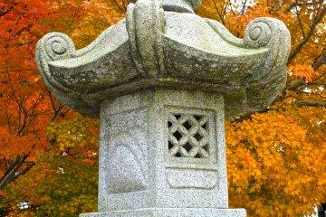 <p>Stone lantern in autumn</p>