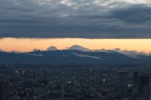 ตะวันยังมีให้เห็นไกลๆ พร้อมภูเขาไฟฟูจิ