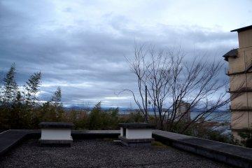 <p>방에서 보이던 풍경. 날씨만 더 화창했어도 비와 호가 더 밝게 보였을텐데라는 아쉬움...</p>