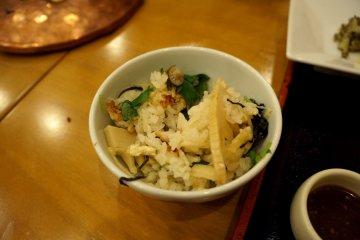 <p>버섯과 야채가 잘 어우러진 양념밥</p>