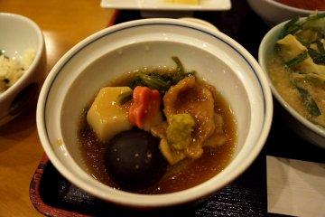 <p>식사 도중에 갖다 준 찜 같은 음식. 버섯, 어묵, 감자, 그리고.. 다른건 재료가 뭔진 모르겠지만; 아무튼 독특했어요.</p>