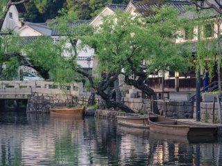 Pendant la journée ces bateaux transportent les visiteurs autour du canal, mais quand vient le soir ils se reposent sur les eaux calmes