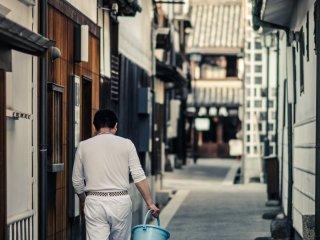 Beaucoup de boutiques sont fermées à cette heure tardive, mais il y a de grandes chances que vous aperceviez les commerçants en train nettoyer avant la fermeture