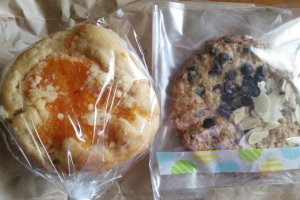 Dekopon (a type of citrus fruit) and honey muffin, and an oatmeal chocolate cookie